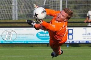 2014-10-04 Michiel Achterhoek moet  in de slotfase gestrekt naar de hoek en redt een punt voor SVZW