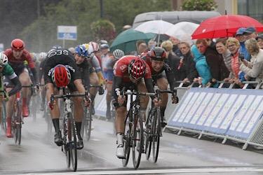 08-09-2017: Wielrennen: Olympias Tour: Hardenberg Fabio Jakobsen en Gerben Thijssen zijn beiden als winnaar aangewezen van de etappe rond Hardenberg
