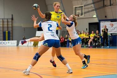 15-09-2018: Handbal: Borhave DS1 - Westfriesland SEW DS1: Borne:   L-R: Britt Koopman (of Westfriesland), Susan Boon (of Borhave), Anneke de Groot (of Westfriesland)